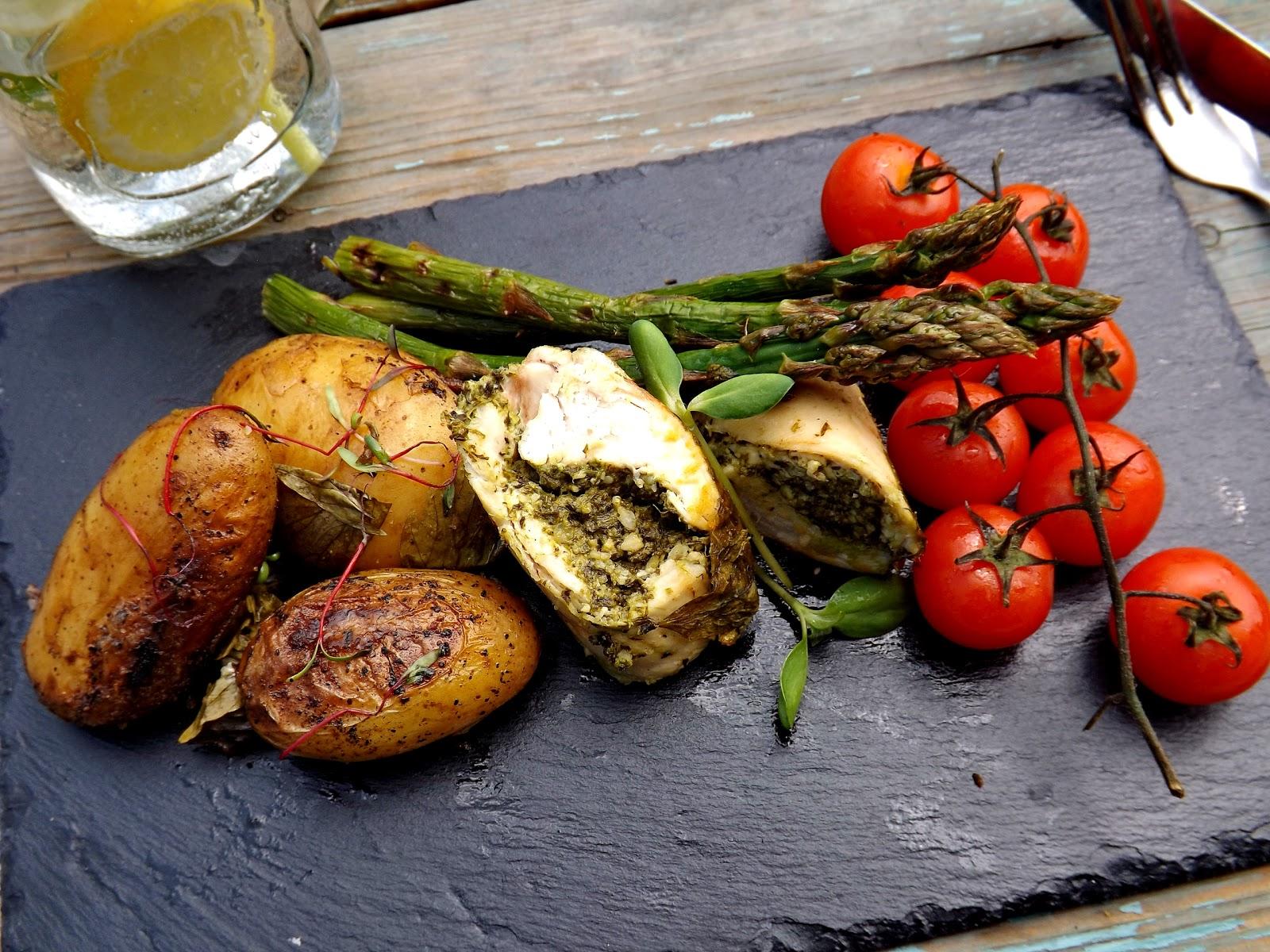 Grillowana rolada z kurczaka z serkiem kremowym, pesto z rukoli i warzywami