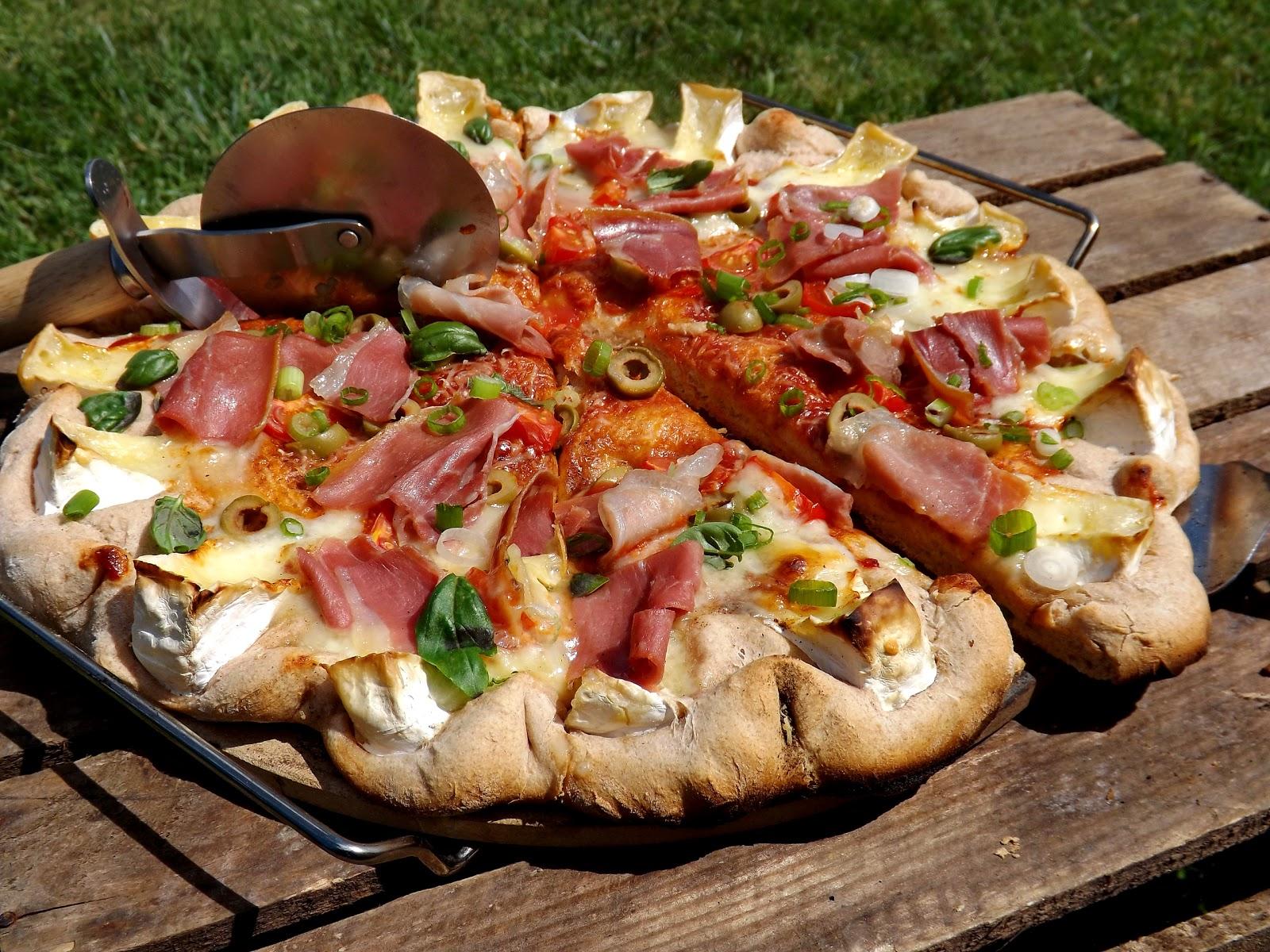 Pizza z grilla z camembert i szynką dojrzewającą