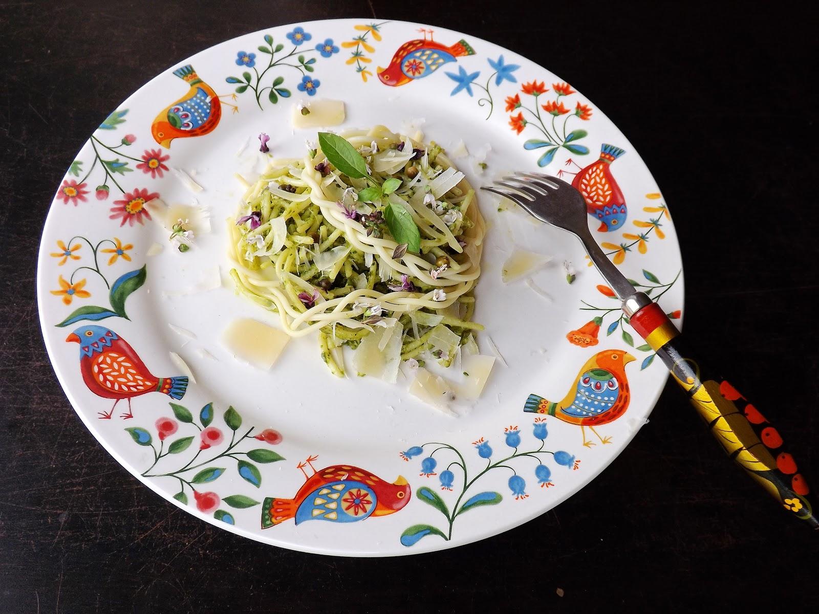 Spaghetti w pesto z rukoli i kwiatkami bazylii