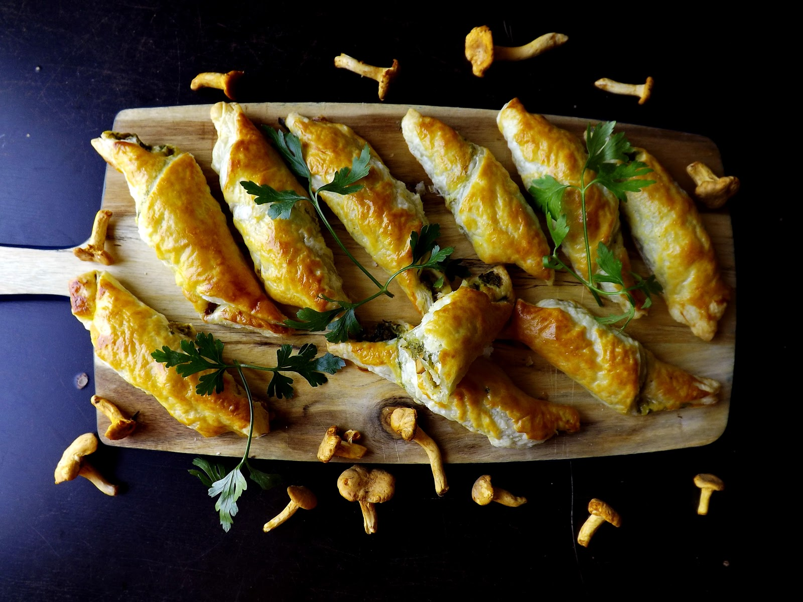 Przekąska francuska z kurkami, oliwkami i zieloną pietruszką