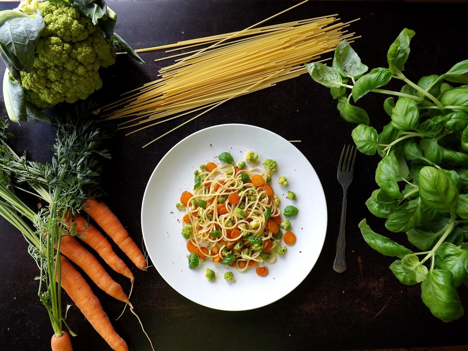 Spaghetti z karmelizowaną marchewką i zielonym kalafiorem