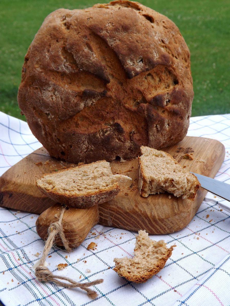 Chleb na smalcu z czosnkiem i zielonymi oliwkami