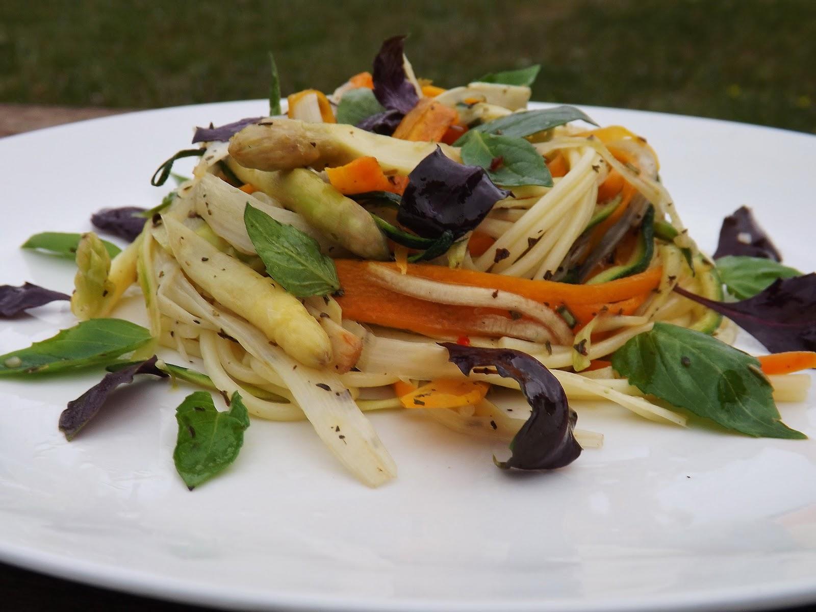 Greckie spaghetti z cukinią, szparagami i marchewką