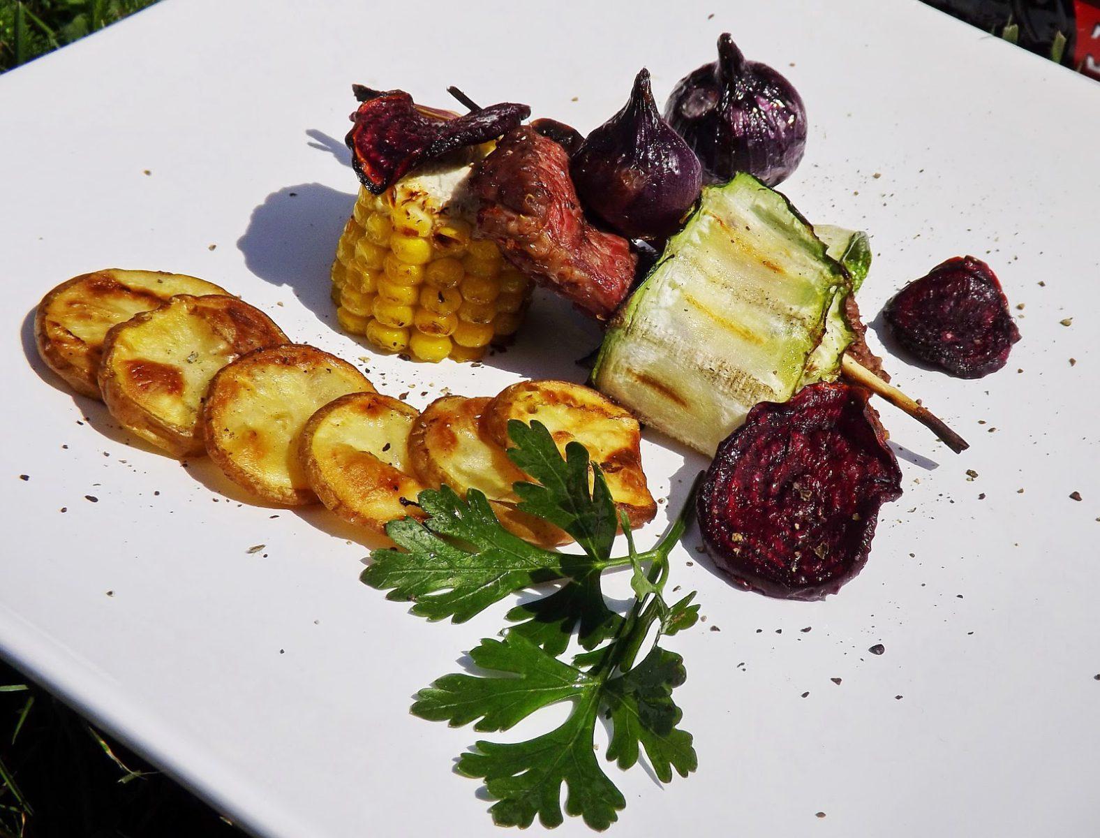 Grillowany rostbef z talarkami z ziemniaka, chipsami z buraka i warzywami
