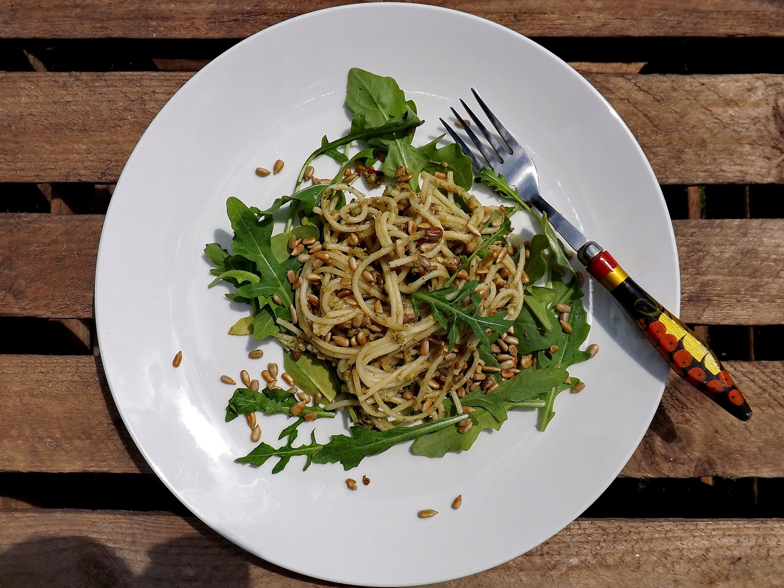 Spaghetti z  pastą serowo oliwkową i prażonym słonecznikiem