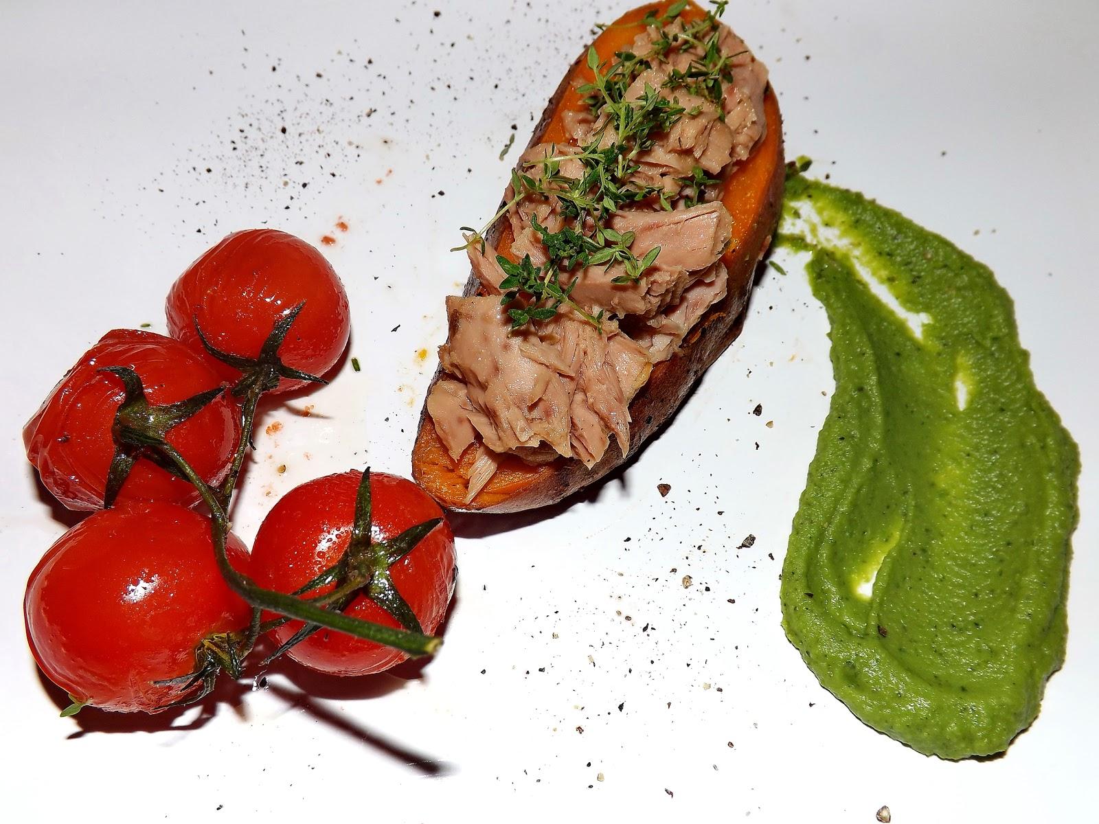 Pieczony batat z tuńczykiem z purée z groszku i pomidorkami