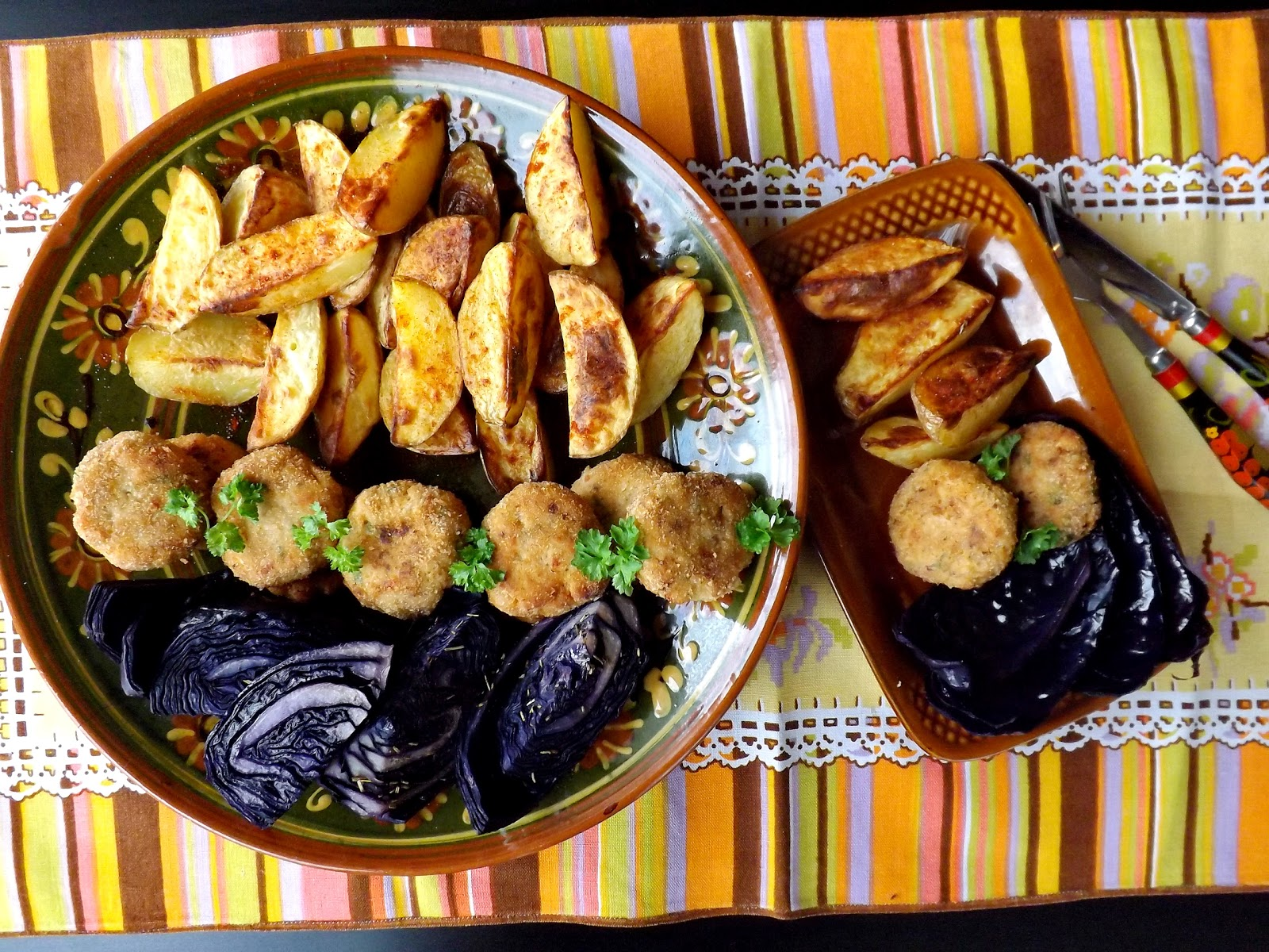 Kotleciki z kurczaka ,serka kremowego, cieciorki podane z pieczonymi ziemniakami i kapustą czerwoną