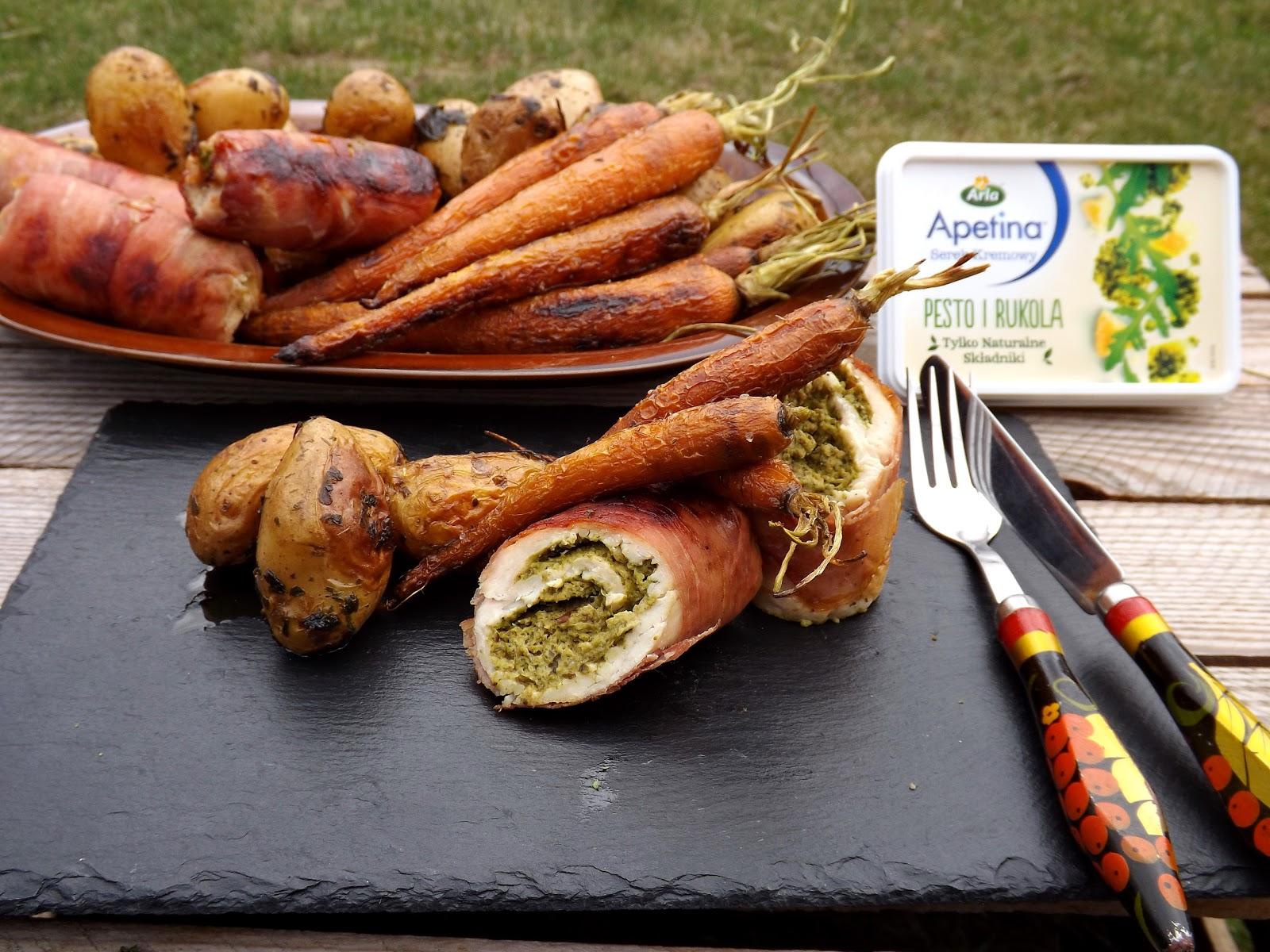 Grillowa rolada z kurczaka z serkiem i pastą z rukoli, podana z ziemniakami i słodkimi marchewkami