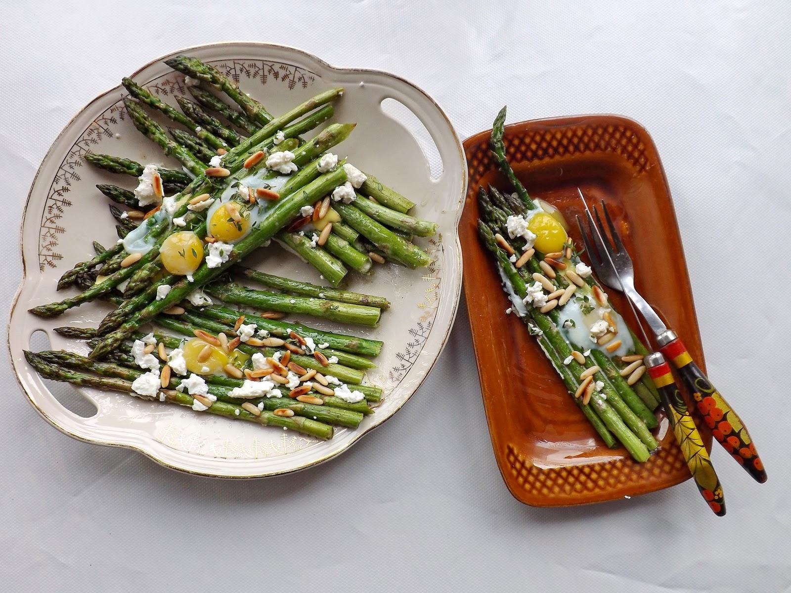 Pieczone szparagi z jajkami przepiórczymi, serkiem i prażonymi pinii