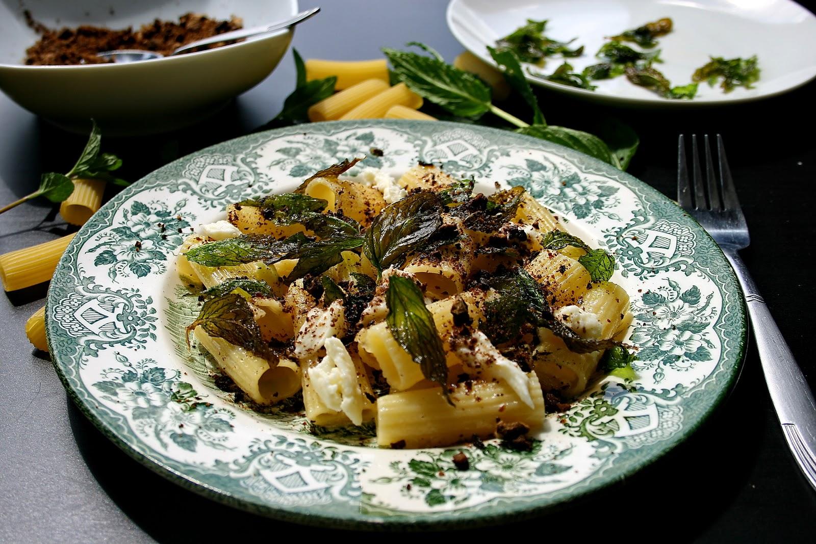 Rigatoni z mozzarellą, ziemią oliwkową i chipsami z mięty