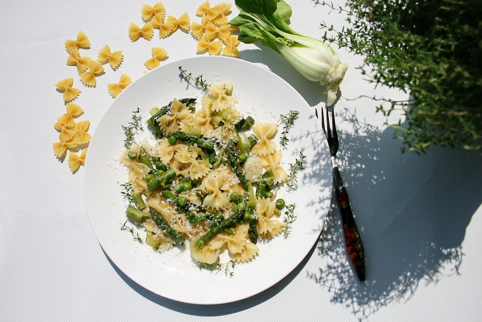 Makaron kokardki na zielono – ze szparagami, pok czoi i groszkiem