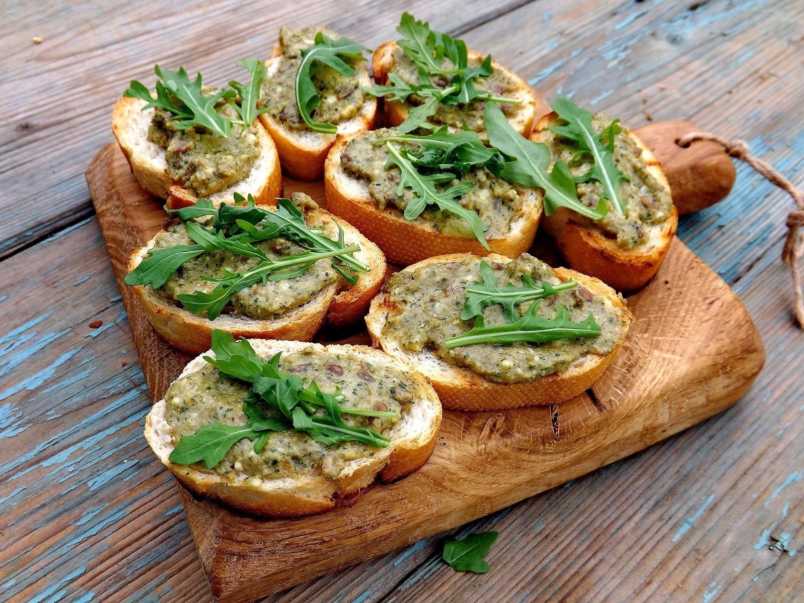 Grillowane bagietki z pastą oliwkową z kaparami i camembert
