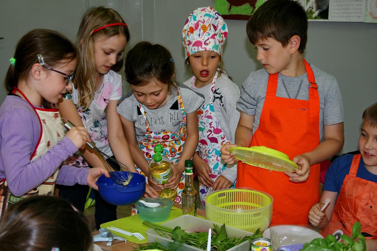 Warsztaty – 7-latki robią sałatki