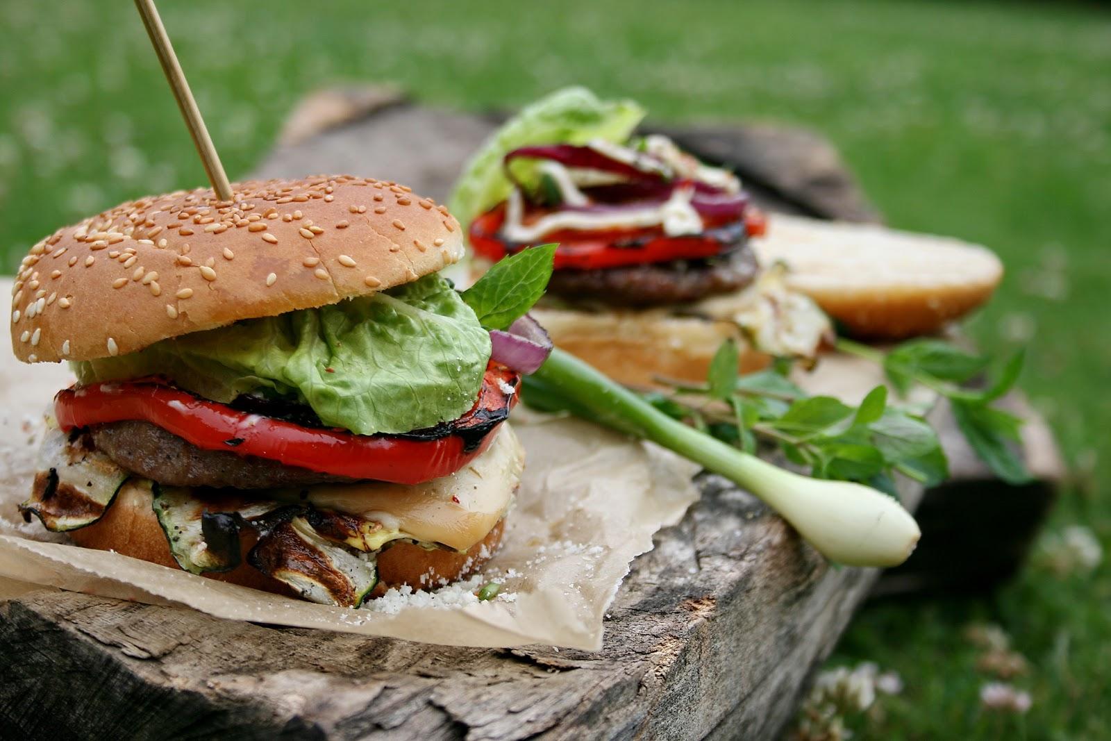 Cheesburgery wołowe z grillowanymi warzywami i dwoma serami