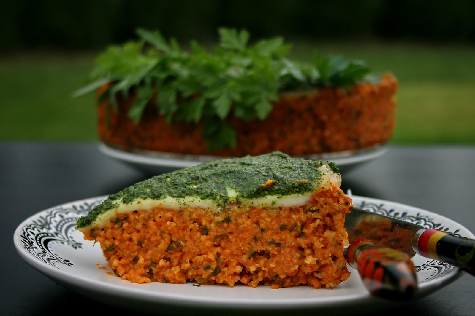 Ciasto z kaszy jaglanej i warzyw pod kołderką mozarelli, i pesto