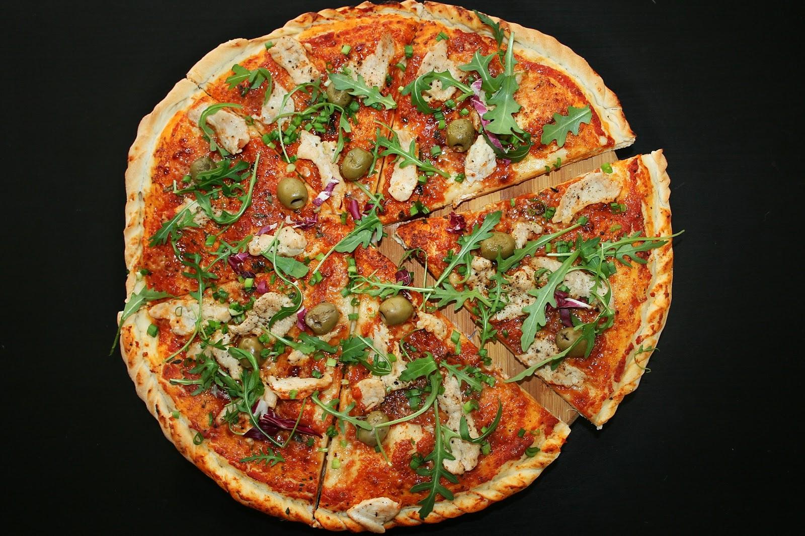 Pizza z indykiem, oliwkami i rukolą
