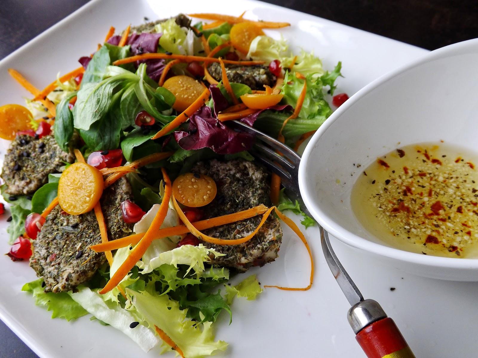 Sałatka z ziołowymi polędwiczkami i owocowymi dodatkami