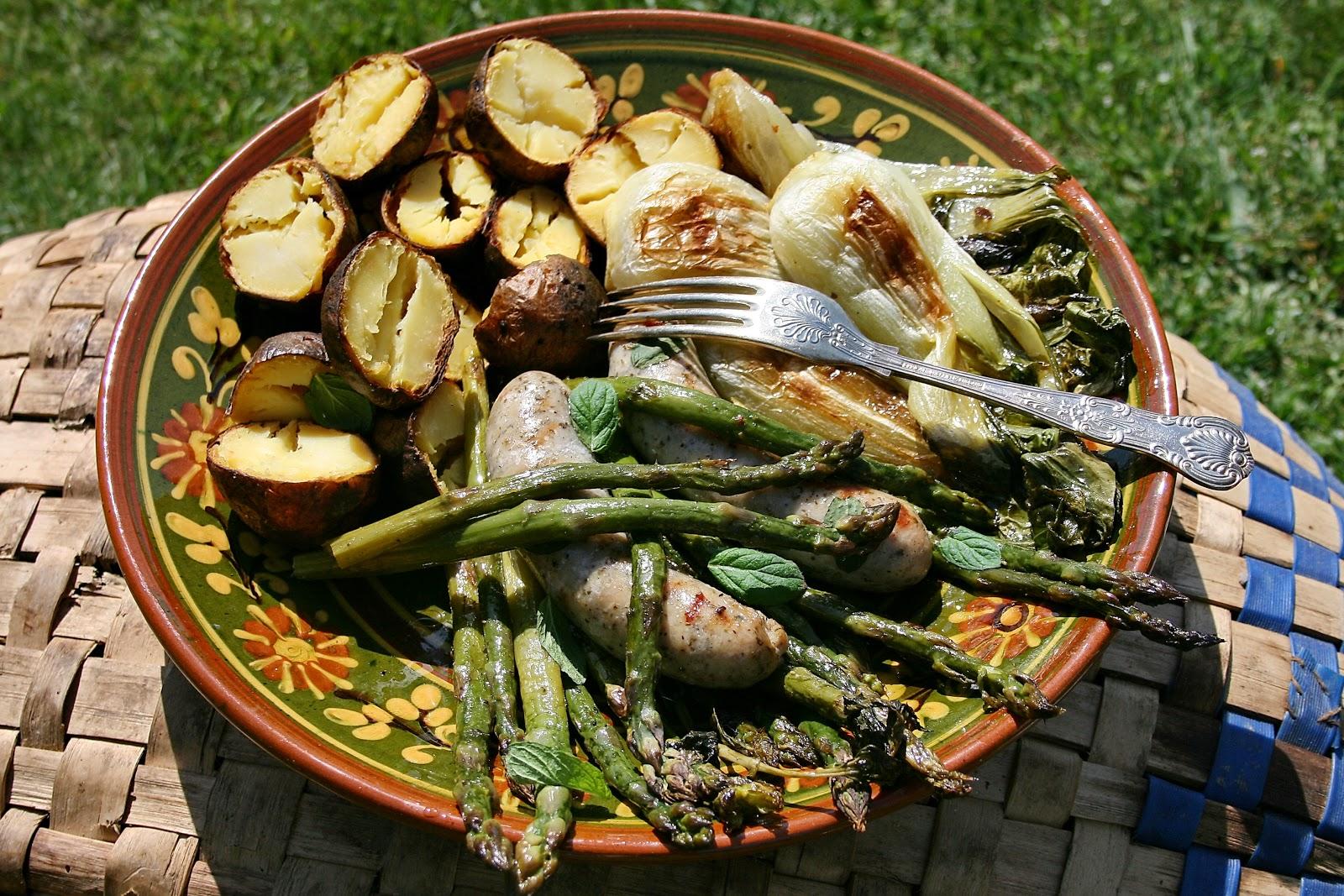 Grillowane szparagi z białą kiełbasą, pak choy i ziemniakami