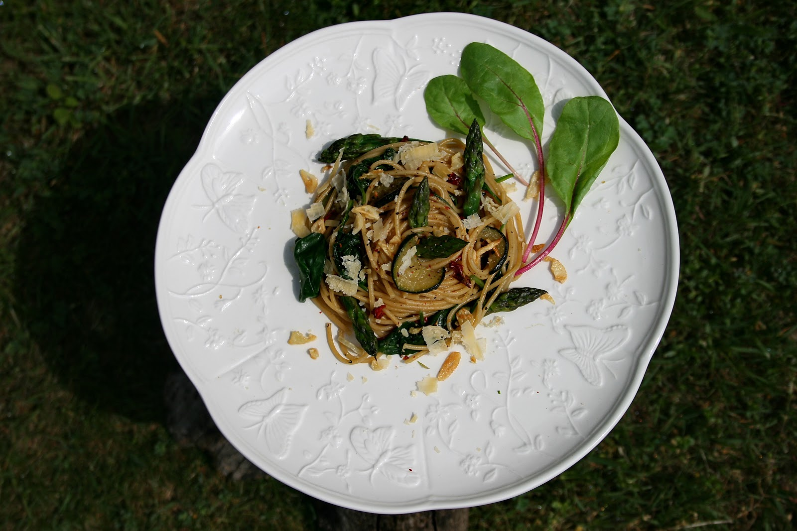 Spaghetti pełnoziarniste z smażonymi warzywami i chrupiącym czosnkiem (szpinakiem, cukinią, szparagami)