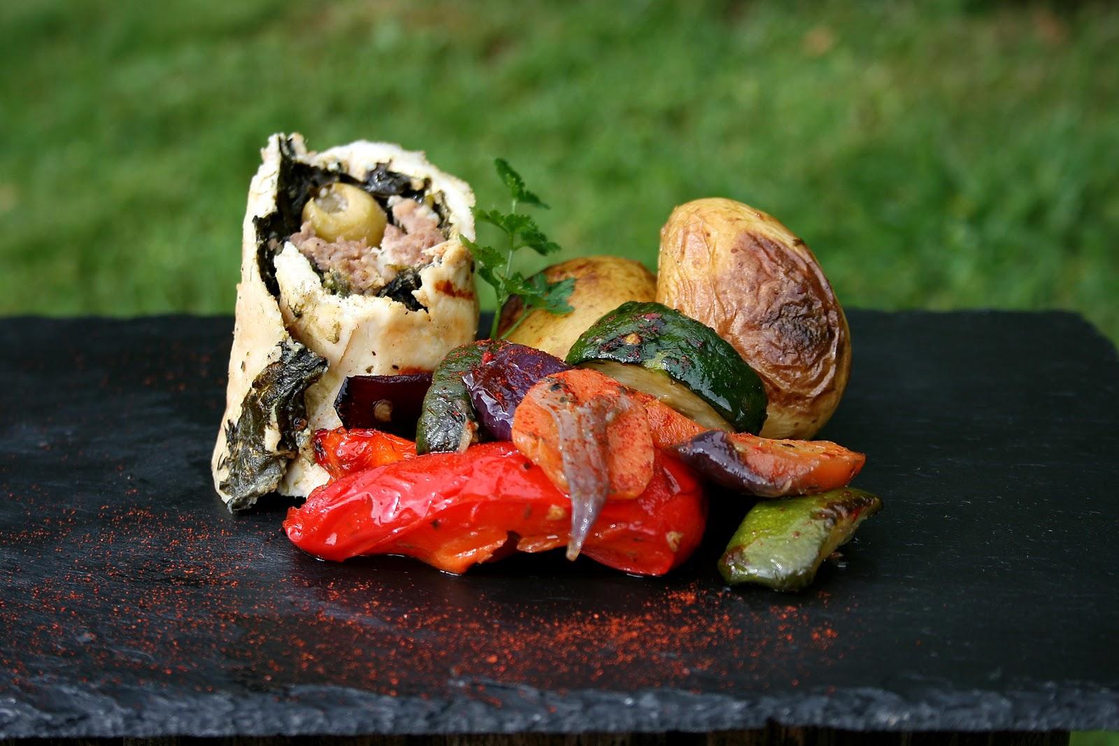 Grillowane rolady z kurczaka nadziane szpinakiem, mięsem podane z warzywami