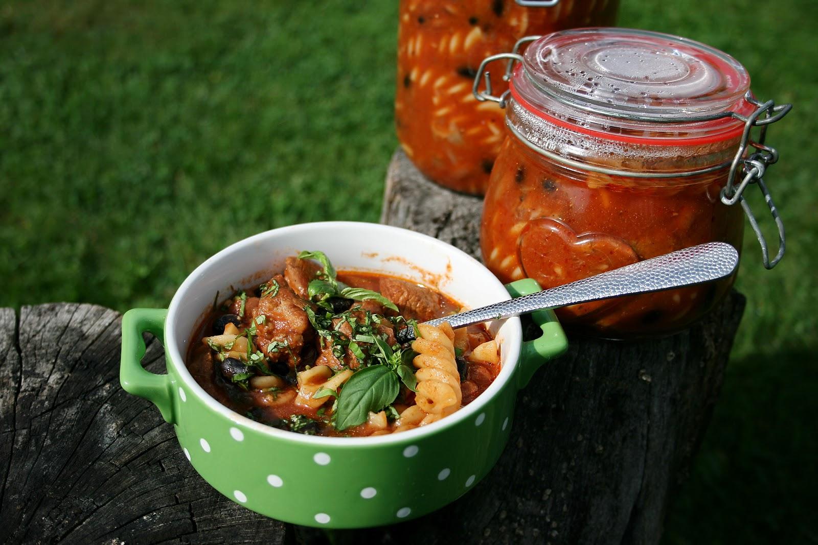 Gulasz wieprzowy z fasolą i makaronem o nucie wędzonej papryki