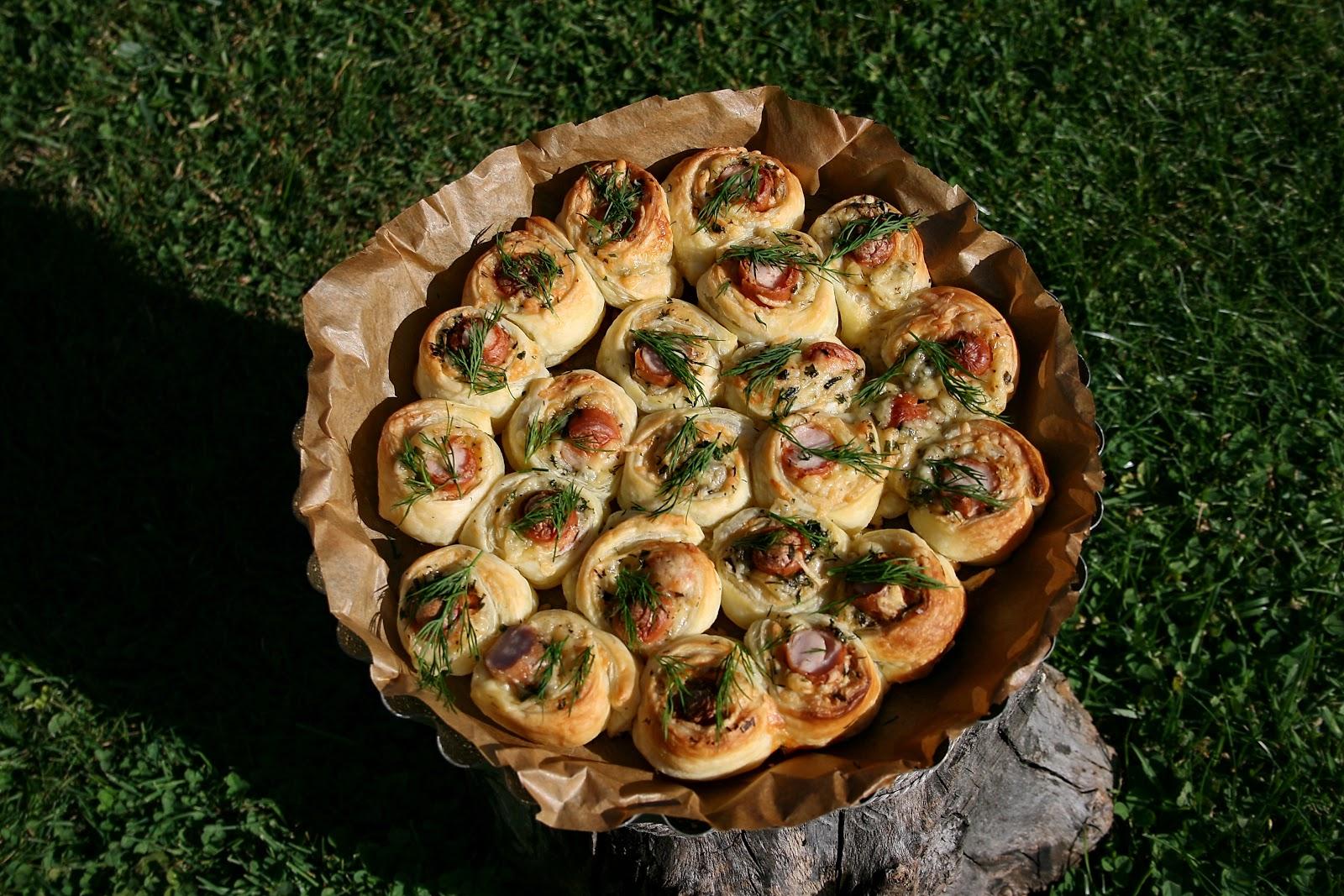 Francuskie roladki z parówką i serem