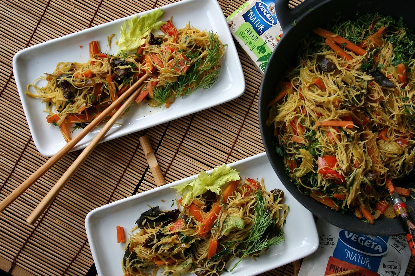 NATURalna wariacja smakowa z woka, czyli warzywa, mun z makaronem z brązowego ryżu