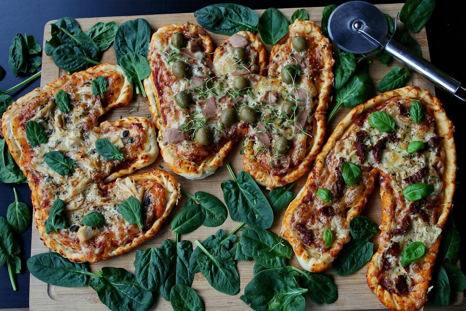 PIZZA 1 x 3 z dedykacją – czyli jedno ciasto trzy smaki (z tuńczykiem i oliwkami, szalotką i suszonymi pomidorami, kurczakiem i kaparami)