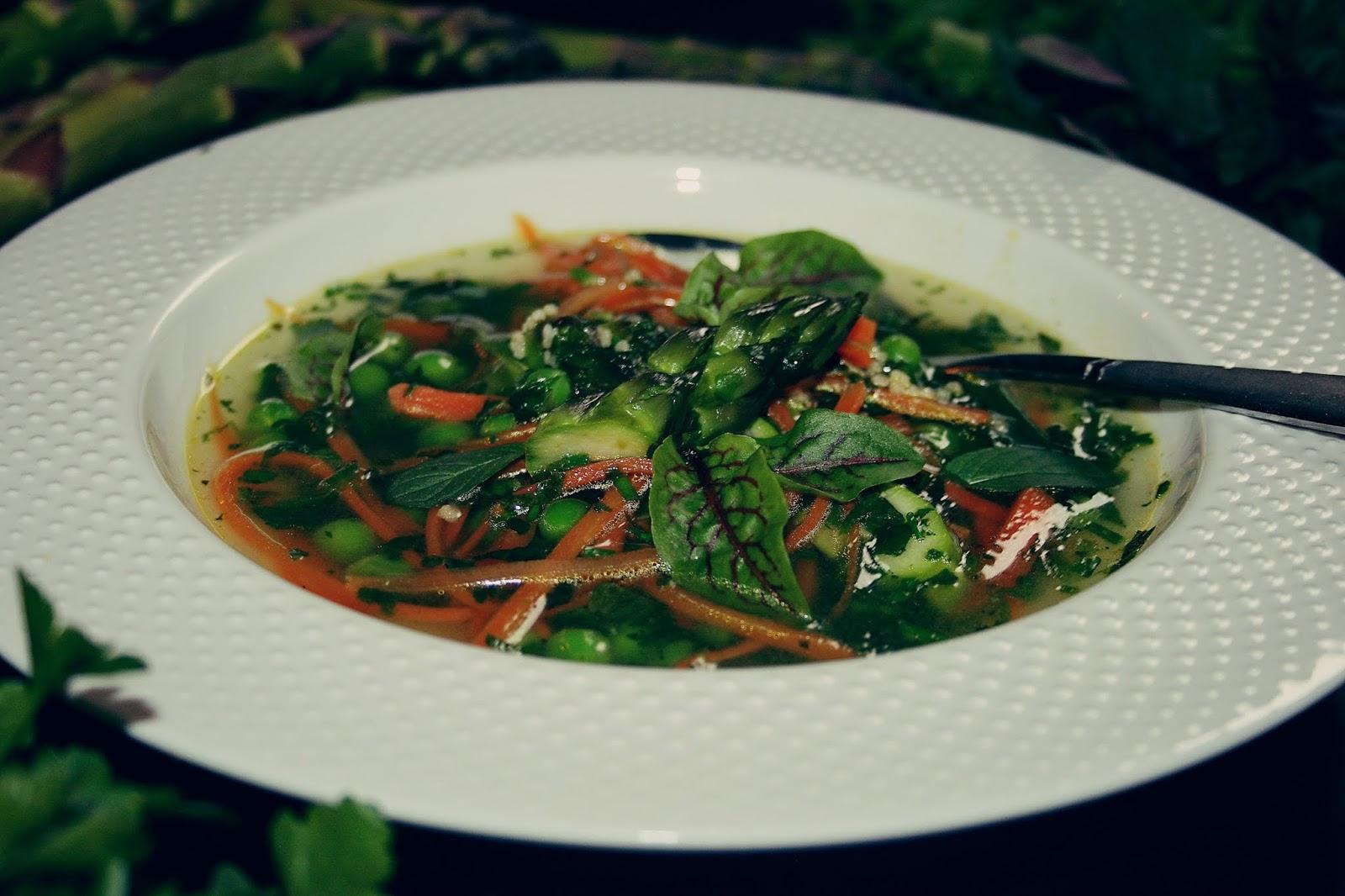 Zupa mocno ziołowa na zielono z marchewką
