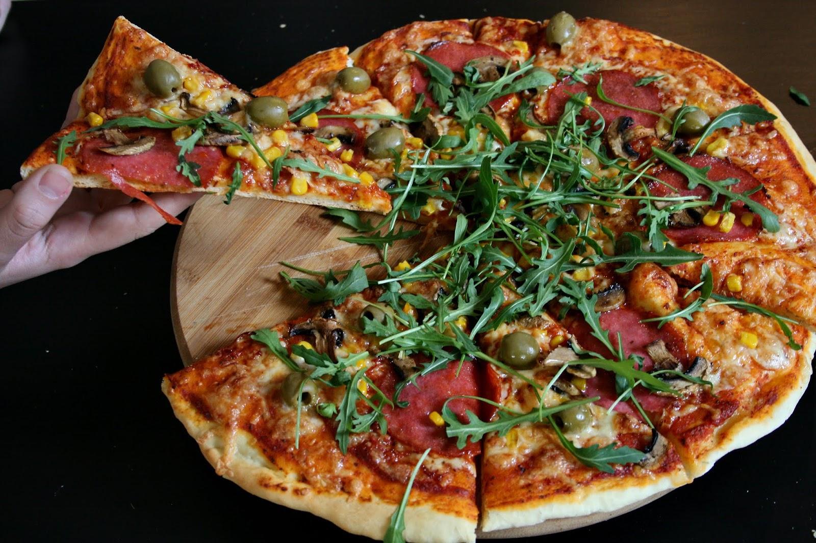 Rodzinna pizza z salami, z domowym sosem