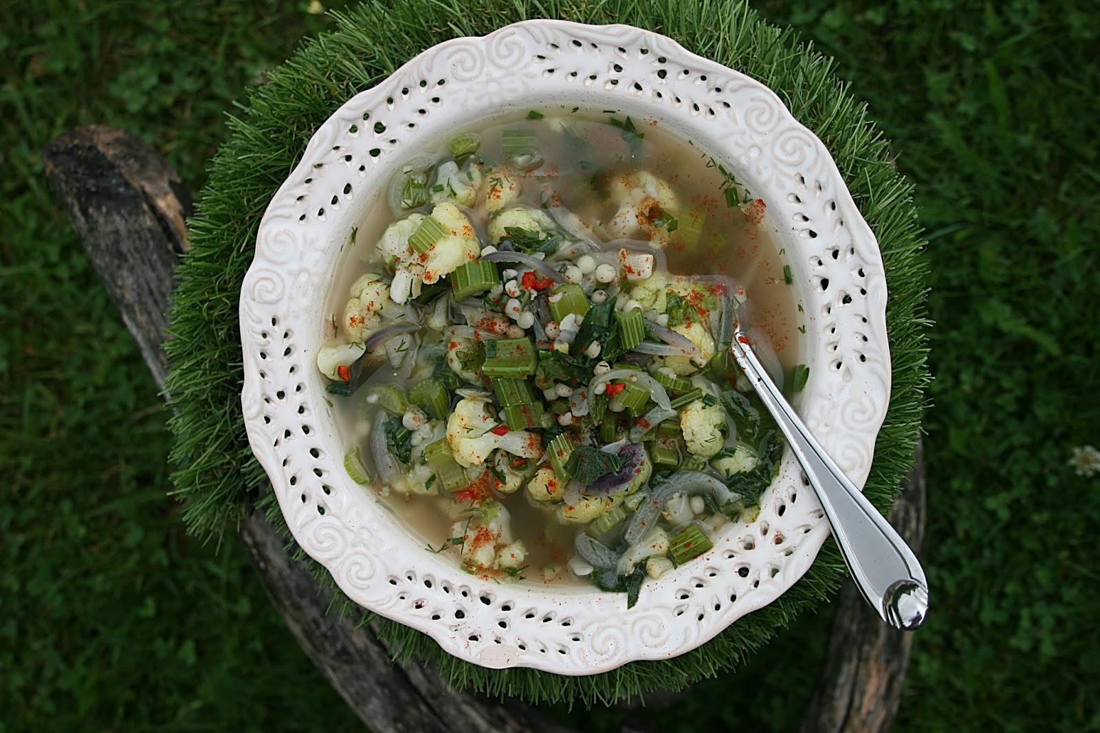 Rozgrzewająca zupa z serela naciowego i kalafiora – dietetyczna i aromatyczna