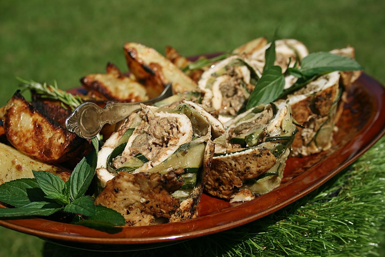 Grillowana rolada z kurczaka, z cukinią i brązowymi pieczarkami