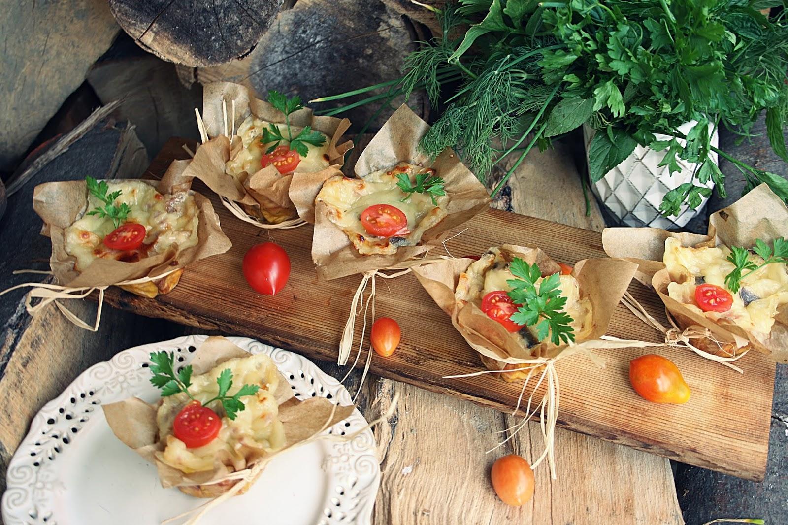 Babeczki jajeczno cukiniowe z ziołami pod serową pierzynką