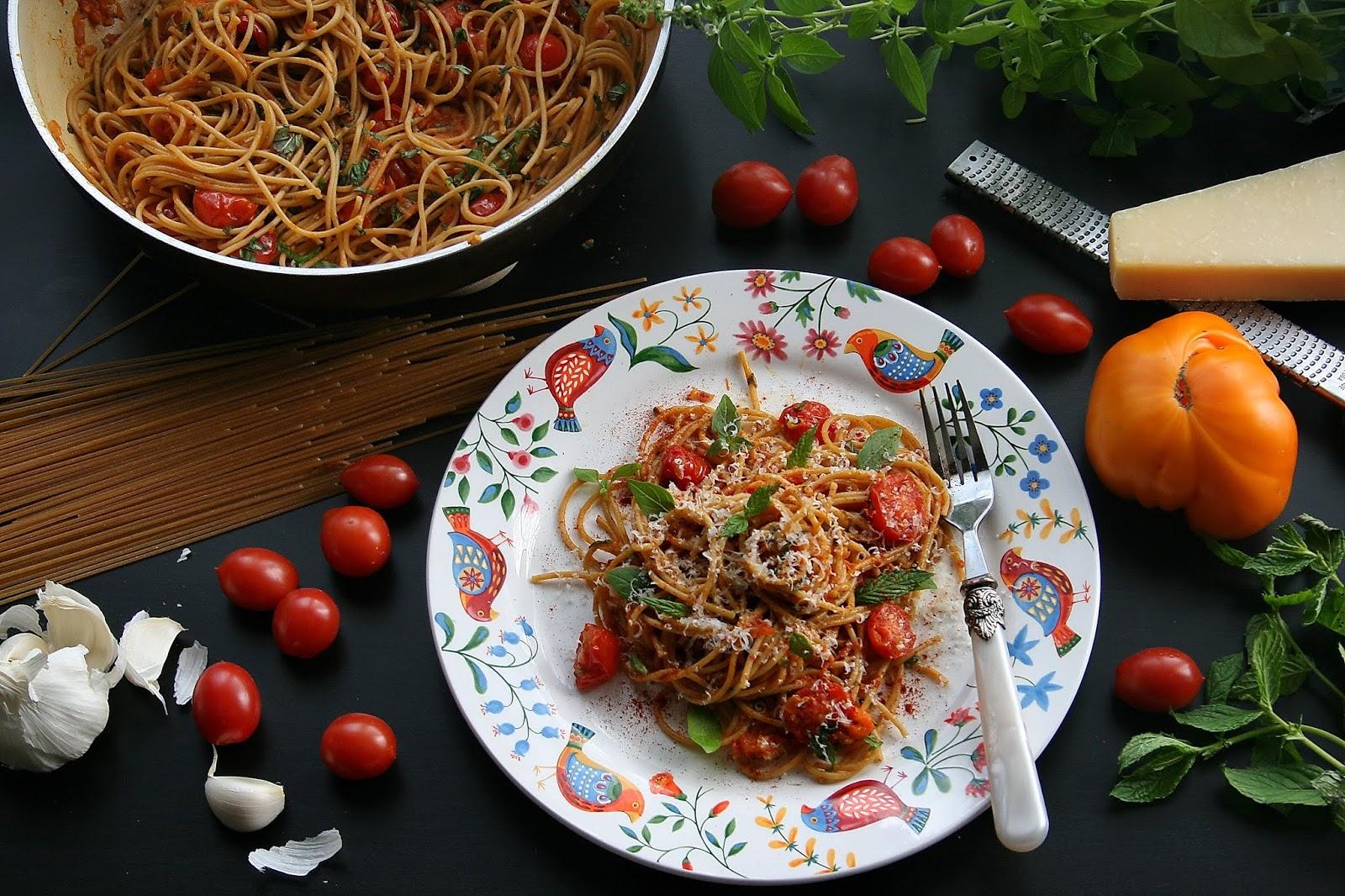 Spaghetti pełnoziarniste w pomidorach żółto czerwonych
