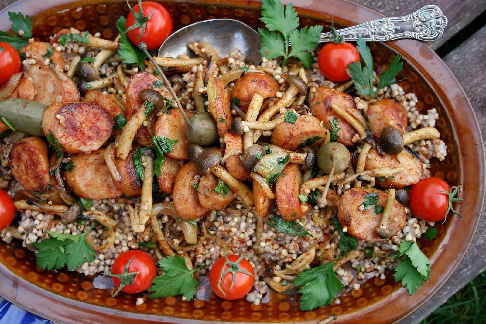 Kiełbasą z grzybami shimeji i kaszą o nucie wędzonej papryki
