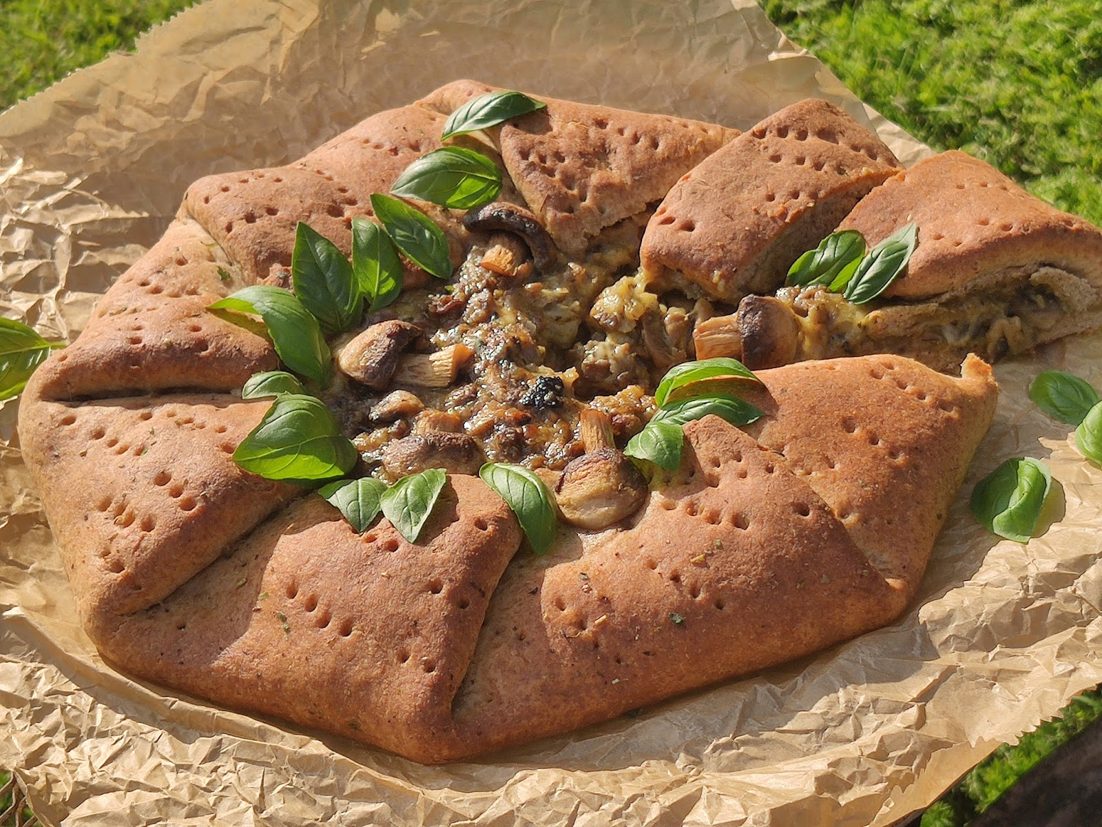 Pieczarki z warzywami w rustykalnym wydaniu – pizza pełnoziarnista