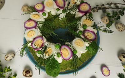 Wielkanocna babka z kuskusu  na zielono, z kremem chrzanowym i kolorowymi jajkami przepiórki