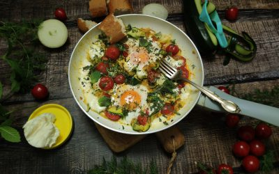 Jajka sadzone w cukinii z pomidorkami i mozzarellą