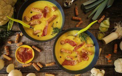 Zupa krem z białych warzyw na żółto z chrupiącymi paluchami i chipsami z prosciutto
