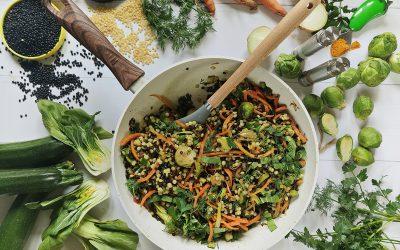 Kuskus perłowy z soczewicą czarną w warzywach z woka