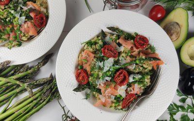Risotto na zielono z łososiem i podsuszonymi pomidorkami