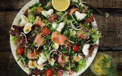 Sałatka – świeżość z łososiem